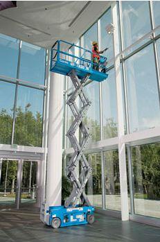 Akülü eklemli platform bina içerisinde cam silme işinde