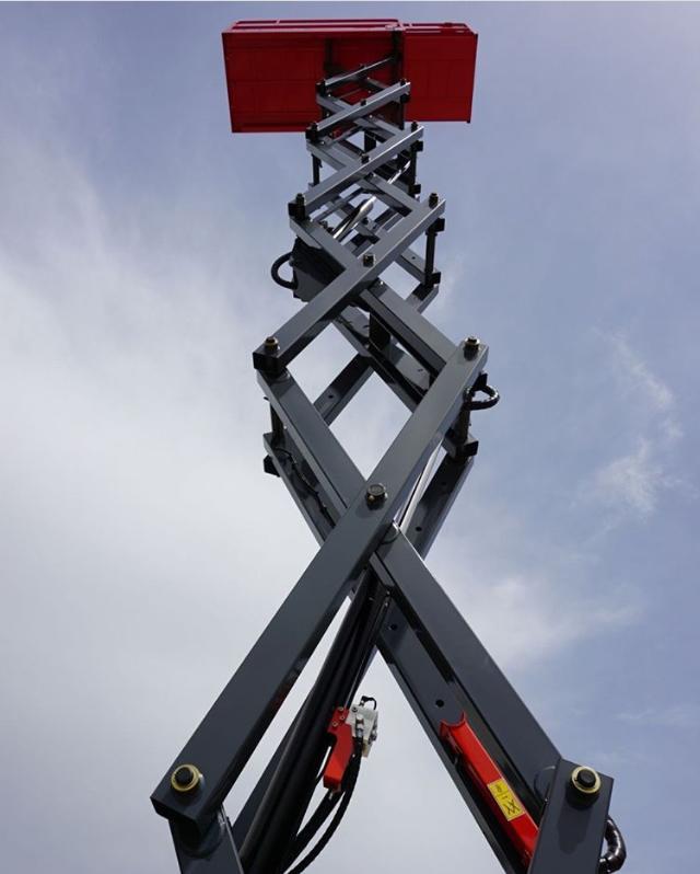 Yükseltilmiş akülü makaslı platform